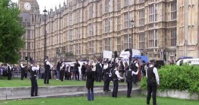 İngiltere'deki seçimlerin ardından parlamento binası önünde çatışma