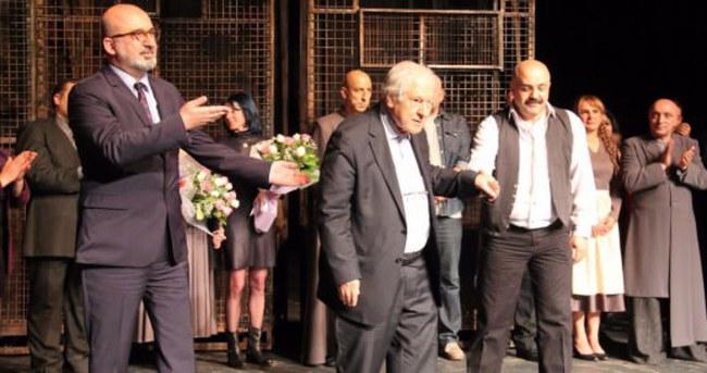Devlet Tiyatrosu'nda Nuri Pakdil ayıbı temizlendi