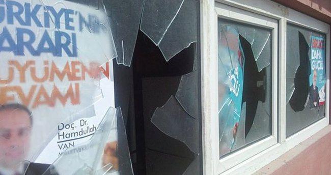 Van'da AK Parti bürosuna taşlı saldırı