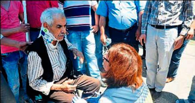 Çarptığı yaşlı adam kadını teselli etti