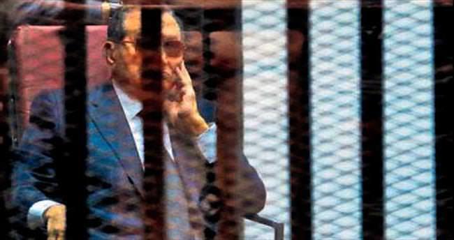 Mübarek'e 3 yıl hapis cezası verildi