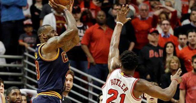 LeBron James, Bulls'u son saniyede yıktı