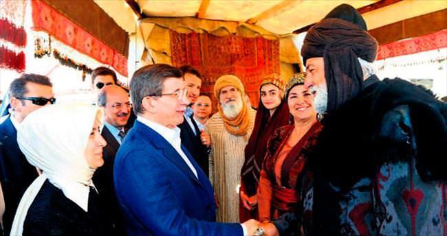 Davutoğlu, 'Diriliş'in setinde demir dövdü