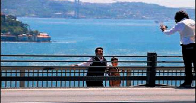 Oğlunun kafasına köprüde silah dayadı