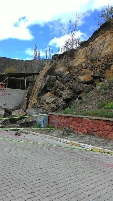 Tortum'da Yamaçtan Kopan Kayalar Tehlike Saçıyor