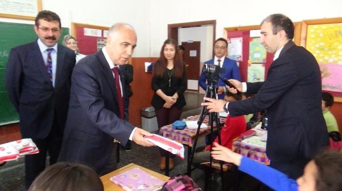 Vali Hasan Karahan Çocuklara Diş Bakım Seti Dağıttı