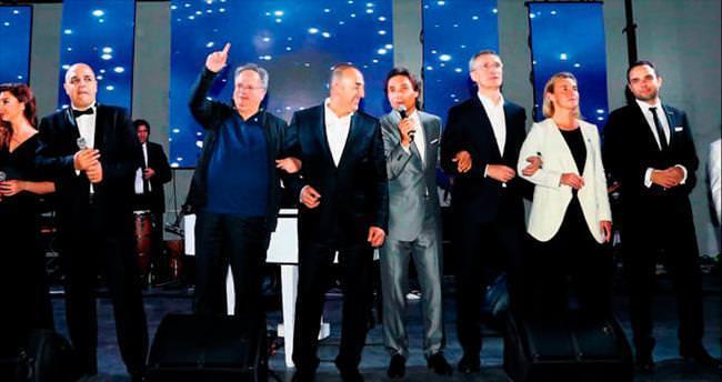 NATO toplantısında şarkıyla barış mesajı