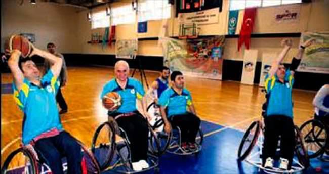 Engelli basketçiler vekillere acımadı
