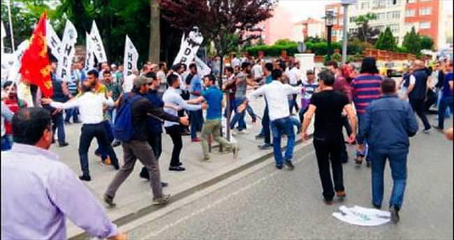 AK Parti seçim aracına çirkin saldırı