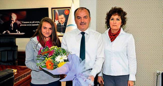 Başkan, genç kızın duymasını sağladı