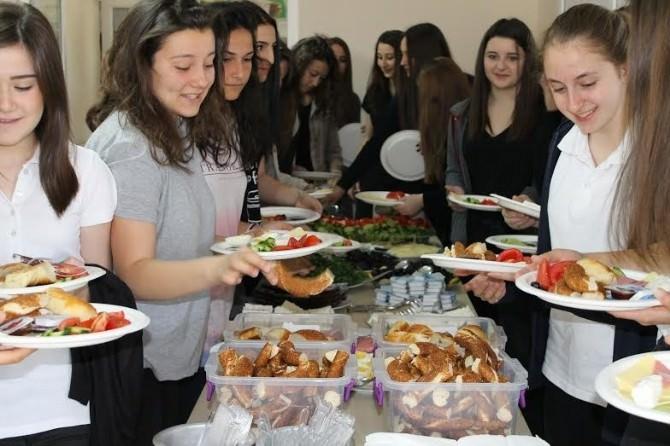 Gazi Anadolu'dan Öğrencilere Jest