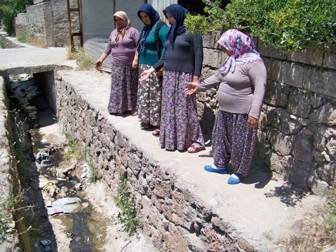 Kadınlardan Üstü Açık Su Kanalına Tepki