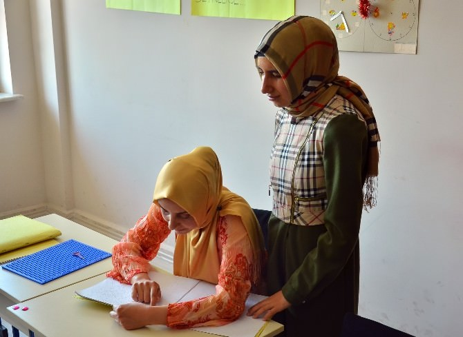 (Özel Haber) Görme Engelli Öğrencileri İçin Kabartma Yazı Öğreniyorlar