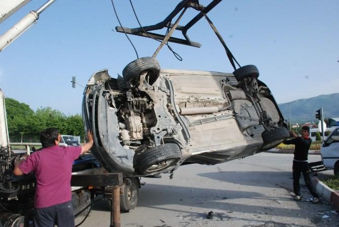 Otomobille Kamyonet Kavaşta Çarpıştı: 2 Yaralı