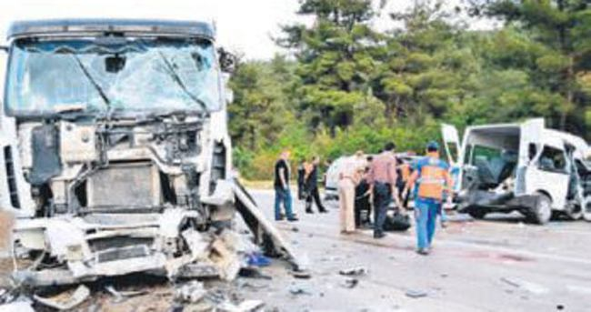 Cezaevi aracı ile TIR çarpıştı: 3 ölü