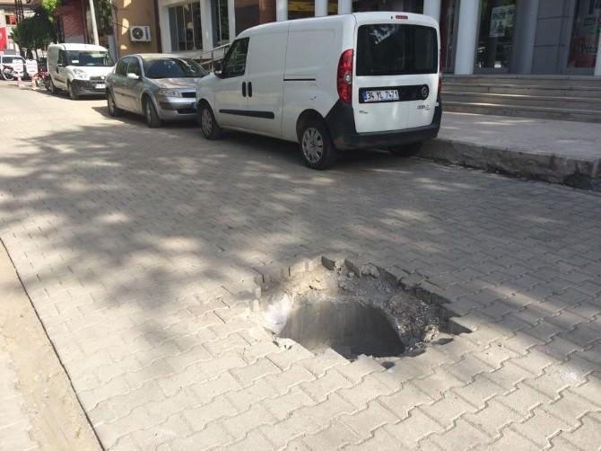 Viranşehir De Yol Ortasında Açık Rögar Tehlike Saçıyor