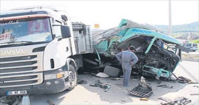 Duran TIR'a çarptı kazayı ucuz atlattı