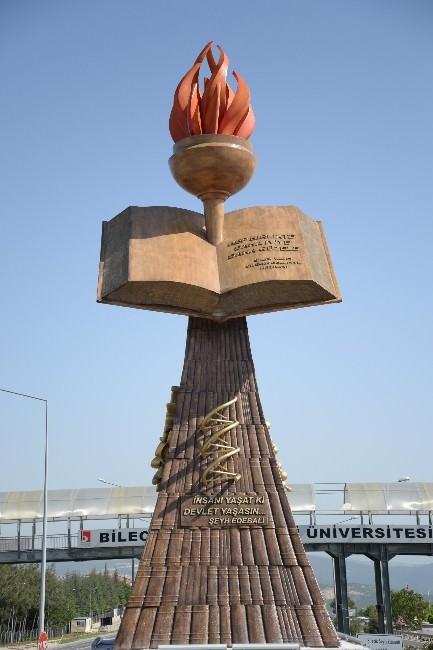 Bilecik Belediyesi'nden Üniversite Önüne ''Eğitim Ve Bilgi Temalı'' Anıt