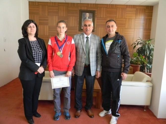 Lise Öğrencisi Yüksek Atlama Dalında Türkiye İkincisi Oldu