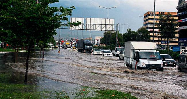 Sağanak ve dolu İzmir'i fena vurdu