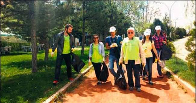 Gönüllü temizlikçiler iş başında