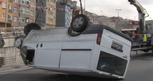 Şişli'de minibüs tünel girişinde takla attı