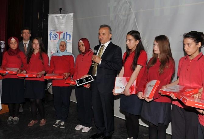 Afyonkarahisar'da Fatih Projesi Kapsamında Öğrencilere Yeni Nesil Tablet Bilgisayarlar Verildi