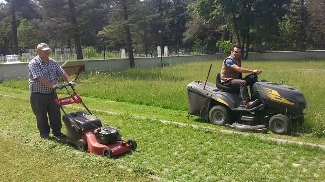 Belediyeden Mezarlıkta Temizlik Çalışmaları