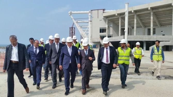 TOKİ Başkanı Mehmet Turan Ergün Akyazı Stadı'nda İncelemelerde Bulundu