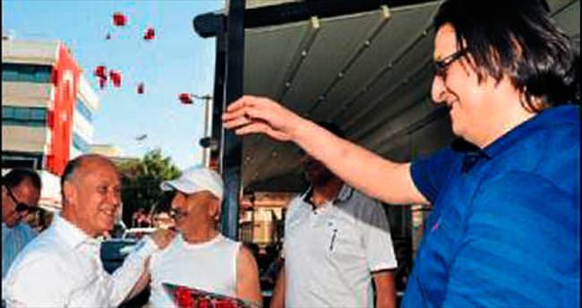 'Efsane başkana' güllerle karşılama
