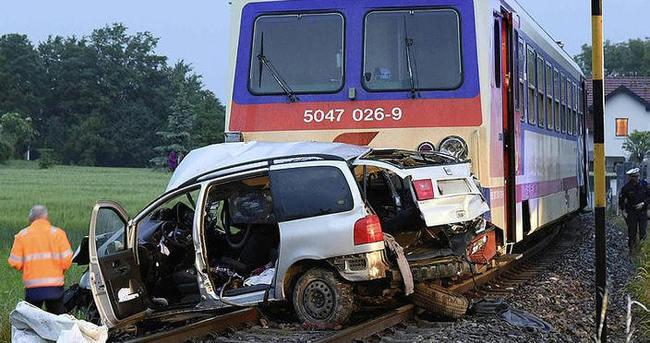 Avusturya'da tren otomobile çarptı: 5 ölü