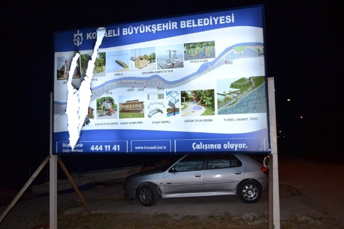 Büyükşehir'in Reklam Panolarına Saldırı
