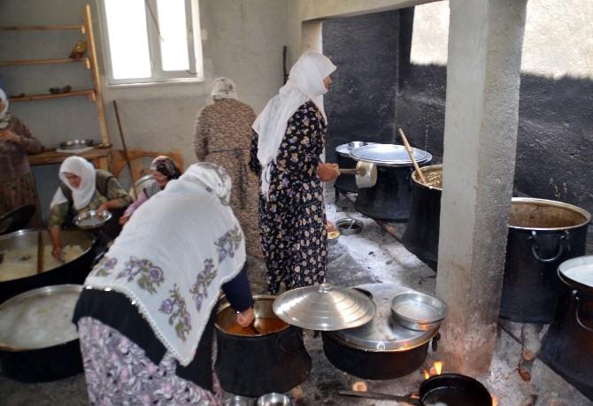 Yaşlı Nine, 45 Yıldır Yağmur Duası İçin Kazan Kazan Pilav Yapıyor