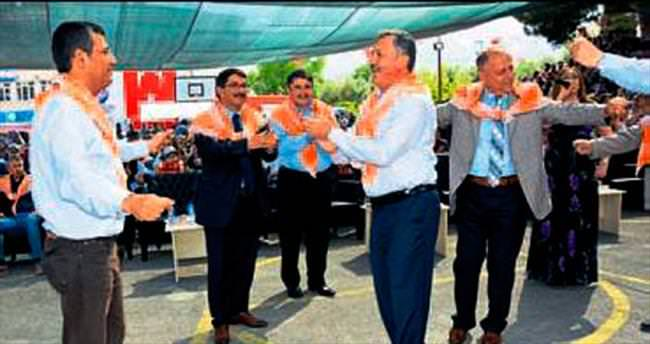 Kiraz festivalinde siyasiler stres attı