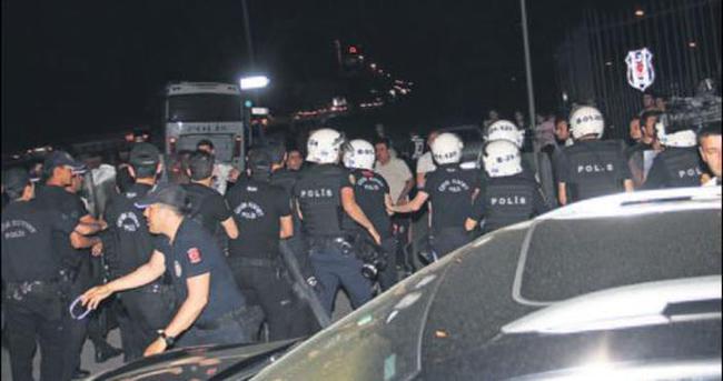 Beşiktaşlı futbolculara saldırı