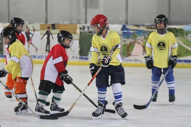 Minik Buz Hokeyciler Turnuvada Buluştu