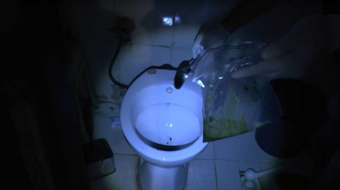 Polis Baskınında Uyuşturucuları Klozete Attılar