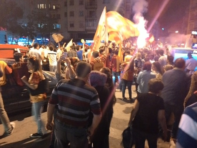 Afyonkarahisar'da Galatasaray Taraftarlarının Kutlaması Olaylı Bitti