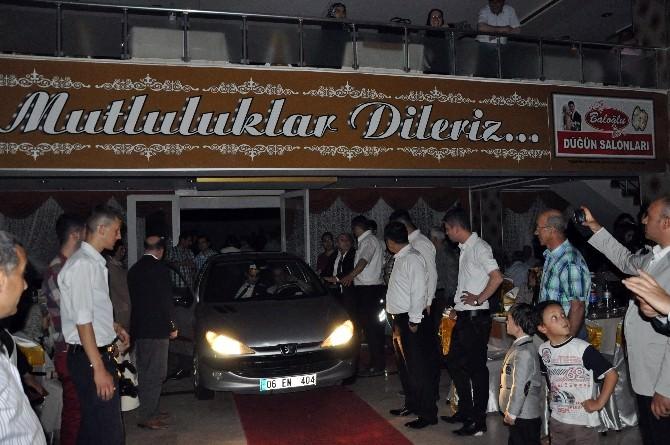 Düğün Salonunda Elektrik Kesilince İçeri Otomobil Sokup Aydınlattılar