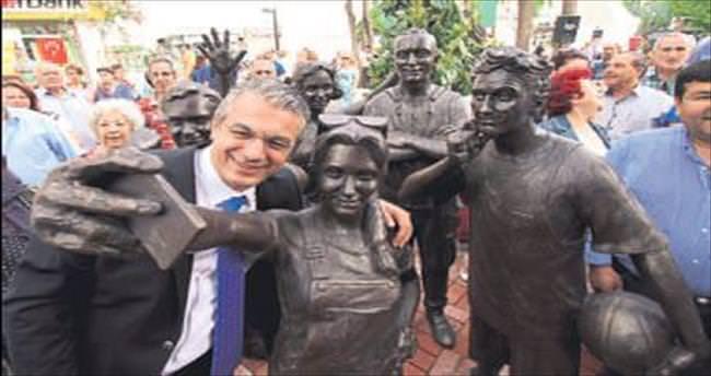 Bir selfie heykeli de Karşıyaka'da açıldı