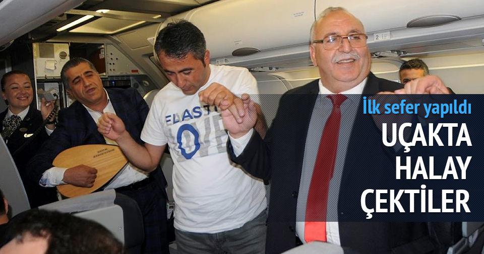Hakkari'ye giden ilk uçakta halay çektiler