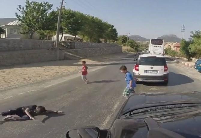 3 Çocuk Otomobilin Altında Kalmaktan Son Anda Kurtuldu