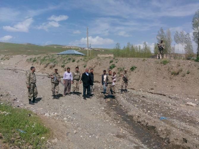 Özalp'ta Kaybolan Minik Çocuğu Jandarma Arazide Uyurken Buldu