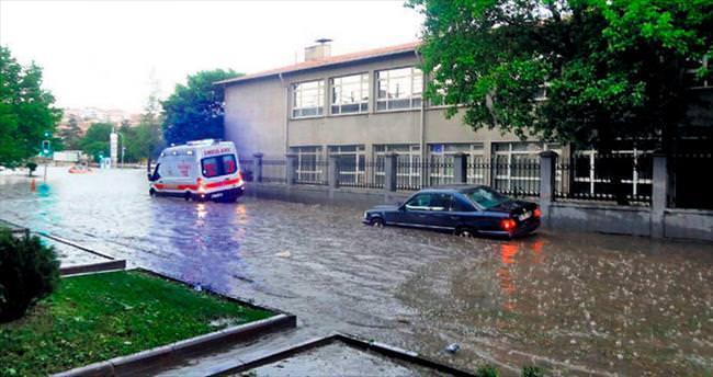 Sağanak yağış su baskınlarına neden oldu