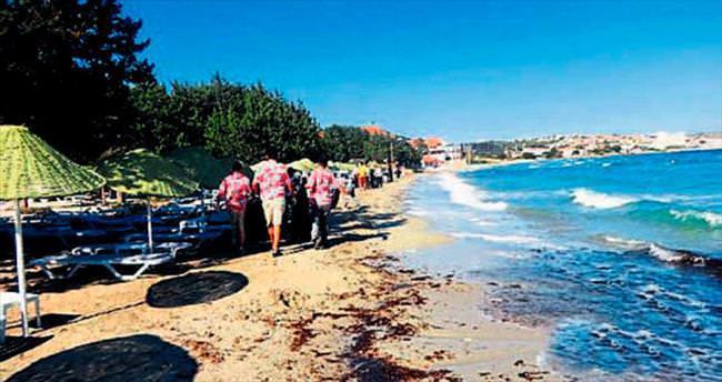 Çevreci otelde plaj temizliği