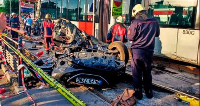 Tramvay otomobili biçti: 2 yaralı