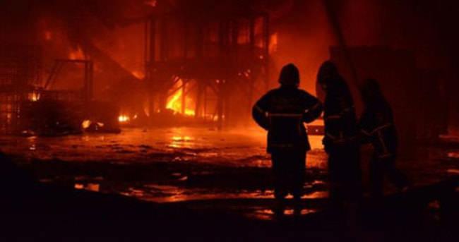 Fabrika 10 saat boyunca yandı