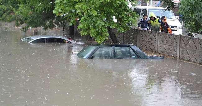 Tekirdağ'da otomobiller suya gömüldü!