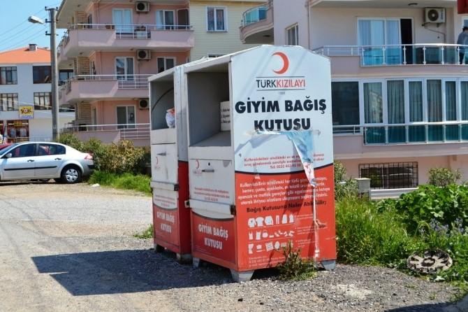 Türk Kızılayı'nın Giyim Bağış Kutularına Atılanlar Tepki Çekiyor