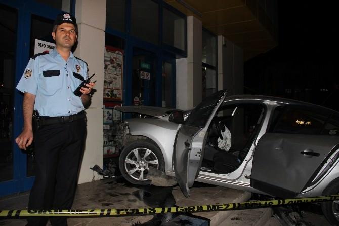 Silahla Ateş Açılan Otomobil Başka Bir Otomobille Çarpıştı: 4 Yaralı